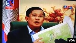 Ông Hun Sen xuất hiện đài truyền hình nhà nước TVK trong chương trình phát sóng đặc biệt ngày 8 tháng 9, 2015. (Ảnh: Neou Vannarin / VOA Khmer)