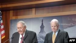 Слева направо: сенаторы Карл Левин и Джон Маккейн.
