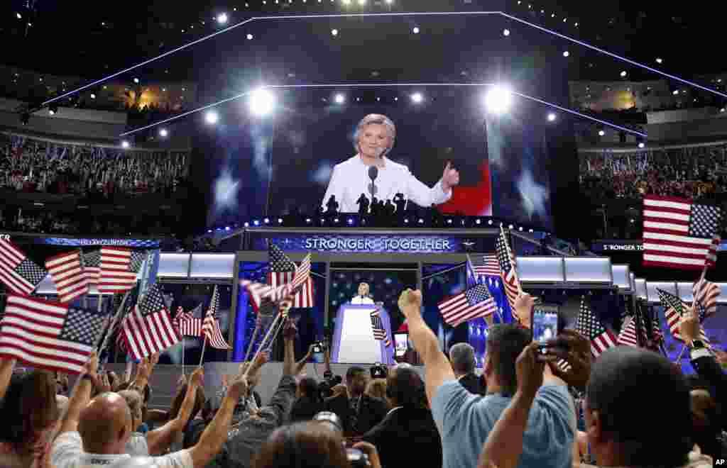 ہلری کلنٹن نے ڈیموکریٹک پارٹی کی طرف سے صدارتی امیدوار کی نامزدگی قبول کرتے ہوئے امریکی قوم کو درپیش چیلنجز سے نمٹنے کے لیے متحد ہونے کی ضرورت پر زور دیا ہے۔