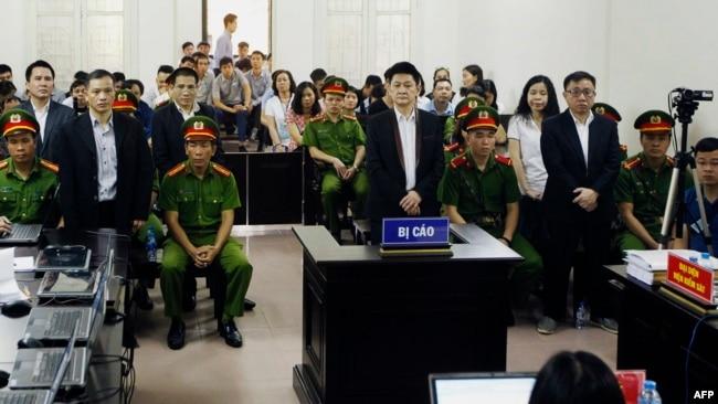 Các thành viên của Hội Anh Em Dân Chủ trong phiên xử sơ thẩm ngày 5/4/2018 tại Hà Nội.