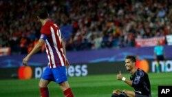 Cristiano Ronaldo du Real Madrid, à droite, fait un geste à Gabi d'Atlético lors du match de demi-finale retour de la Ligue des Champions entre l'Atlético de Madrid et le Real Madrid, à Madrid, Espagne, 10 mai 2017.