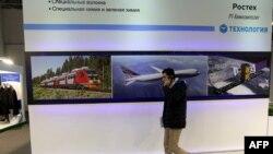 Seorang pria Iran melewati tempat pameran perusahaan Rusia Poctex pada 22 Desember 2015 saat Pameran Industri Nasional Rusia di Teheran.