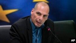 Menteri Keuangan Yunani, Yanis Varoufakis memberikan keterangan pers (foto: dok).