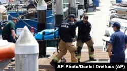 Nadležne službe na zadatku nakon požara ronilačkog broda nadomak ostrva Santa Kruz u Kaliforniji (Foto: AP Photo/Daniel Dreifuss)