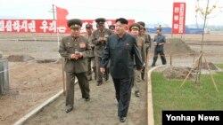 지난 7일 완공단계에 이른 '과학자살림집' 건설현장을 찾은 북한 김정은 국방위원회 제1위원장. (자료사진)