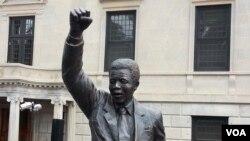 Bức tượng cao 3 mét của ông Nelson Mandela trước cửa đại sứ quán Nam Phi ở thủ đô Washington.