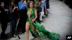 جنیفر لوپز در نمایش مد «ورساچی» در «هفته مد لباسهای بهاره - تابستانه ۲۰۲۰ میلان»