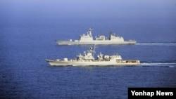 한국 청해부대 14진 최영함(위)과 우크라이나 해군 사하이다츠니함이 지난 1일 전술기동 훈련을 하고 있다.