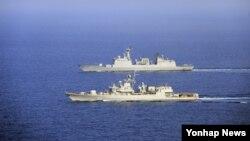 지난달 4일 한국 청해부대 14진 최영함(위)과 우크라이나 해군 사하이다츠니함이 지난 1일 전술기동 훈련을 하고 있다. (자료사진)