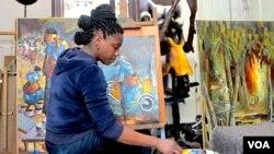 Rhode Bath-Schéba Makoumbou, artiste peintre sculpteur dans son atélier à Bruxelles, Belgique, où elle réside.