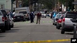 Polisi New Orleans menyelidiki penembakan di Jl. Frenchman di N. Villere pada parade Hari Ibu (12/5). (AP/Doug Parker)