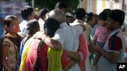 خانواده سرینیواس کوچیبوتلا مهندس ۳۲ ساله هندی که در رستوران-بار کانزاس به ضرب گلوله کشته شد، در هند برای او سوگواری می کنند.