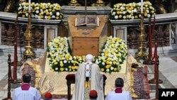 Benedikti XVI shpall të bekuar Papën Gjon Pali II