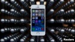 Смартфон iPhone 5S на витрине магазина фирмы Apple в Токио. Япония 20 сентября 2013 г.