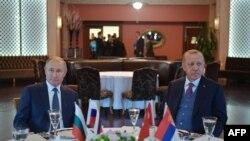 Perezida w'Uburusiya, Vladimir Putin (i bumoso) na Perezida Recep Tayyip Erdogan wa Turukiya i Istanbul, taliki 8/1/20