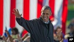 Presiden AS Barack Obama melambaikan tangan saat berkampanye untuk kandidat presiden Partai Demokrat Hillary Clinton di Cleveland, Ohio (14/10). (AP/Phil Long)