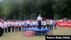 Rektor Institut Teknologi Sepuluh November (ITS), Joni Hermana, memimpin Ikrar ITS untuk NKRI dan antiterorisme, di kampus ITS, Surabaya, 16 Mei 2018. (Foto: VOA/Petrus Riski)