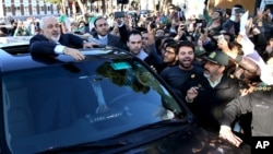 Iranski šef diplomatije Džavad Zarif maše pristalicama nakon razgovora u Lozani