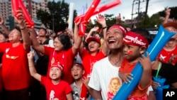 NLD ပါတီ႐ံုးခ်ဳပ္ေရွ႕တြင္ ေရြးေကာက္ပြဲရလဒ္ ကို ေစာင့္ၾကည့္ ေပ်ာ္ရႊင္ေနေသာ မဲဆႏၵရွင္မ်ား။ Nov. 9th, 2016