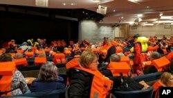 Пассажиры круизного судна Viking Sky ожидают эвакуации на берег. 23 марта 2019 г.