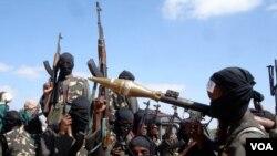 Para anggota kelompok militan al-Shabab di Somalia (foto: dok). Al-Shabab membantah bertanggungjawab atas penembakan hari Rabu 18/12.