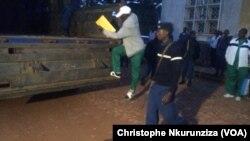 Un des 28 putschistes contre lesquels le ministère public a requis la de prison à vie, monte à bord d'un camion pour être transférés à la prison centrale de Gitega au centre du Burundi, 7 janvier 2016. (VOA/ Nkurunziza Christophe)