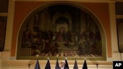 Menteri Luar Negeri John Kerry saat menyampaikan pidato pertama mengenai politik luar negeri Amerikag di Old Cabel Hall di Universitas Virginia di kota Charlottesville, Virginia (foto, 20/2/2013).