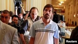 جیمز فولی (راست) هنگام آزادی توسط دولت لیبی - طرابلس، ۸ اردبیهشت ۱۳۹۰
