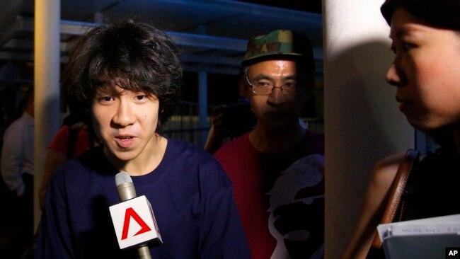 Amos Yee trả lời phỏng vấn báo chí sau khi rời tòa năm 2015.