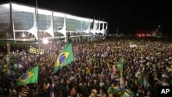 Manifestantes frente al palacio presidencial de Planalto en Brasilia piden el enjuiciamiento de la presidenta Dilma Rousseff protestan el nombramiento de su mentor, el expresidente Luiz Inacio Lula da Silva, como su jefe de gabinete. Marzo 16, 2016.