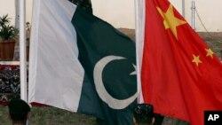 Bendera Pakistan dan China berkibar dalam latihan militer gabungan anti-teroris di Abbottabad, Pakistan, 11 Desember 2006.