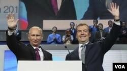 El presidente ruso Dimitry Medvedev, propuso a primer ministro Vladimir Putin a la presidencia del país, y Putin propuso a Medvedev para primer ministro