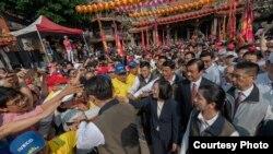 2019年4月7日,台湾总统蔡英文在台中市大甲区镇澜宫参与首日妈祖南下绕境活动(台湾总统府提供)