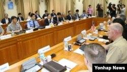미-한 대표단이 22일 한국 외교부 청사에서 내년 이후 적용할 방위비분담 특별협정 체결을 위한 제3차 고위급 협의를 하고 있다.