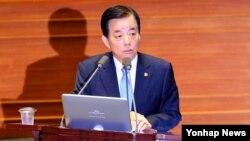 한민구 한국 국방장관이 5일 국회 본회의장에서 열린 대정부 질문에서 사드 관련 질문에 답하고 있다.