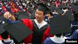 Sau khi đậu một bằng cấp ở Bắc Kinh, sinh viên từ các nơi khác đến phải cạnh tranh để có việc làm và phải giải quyết được cả tình trạng hộ khẩu nữa.