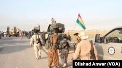 """庫爾德敢死軍成員進攻基爾庫克市以南和達古格鎮以西的""""伊斯蘭國""""激進分子。 (2015年8月26日)"""