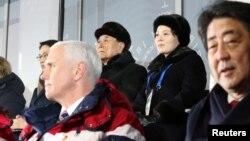 Phó Tổng thống Mỹ Mike Pence; nguyên thủ hình thức của Triều Tiên Kim Yong Nam; bà Kim Yo Jong, em gái của lãnh tụ Triều Tiên Kim Jong Un; và Thủ tướng Nhật Shinzo Abe tại lễ khai mạc Olympic Mùa đông 2018