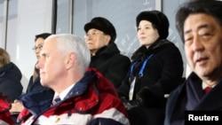 美國副總統彭斯和坐在身後的朝鮮代表團官員在冬奧會開幕式期間沒有互動(2018年2月9日)