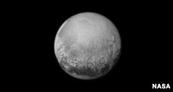 ດ້າວ Pluto ທີ່ແນມເຫັນຈາກຍານ New Horizons ເມື່ອວັນທີ 11 ກໍລະກົົດ 2015.