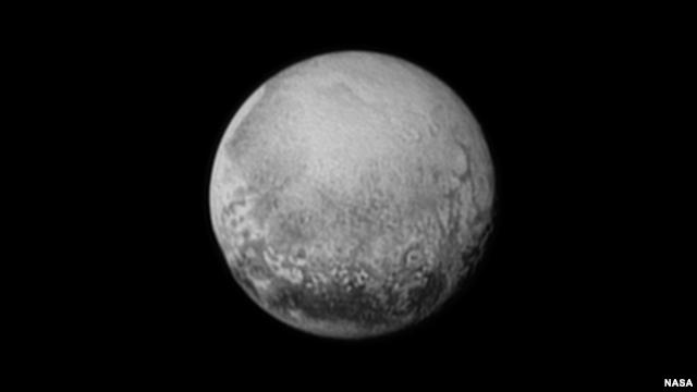 Pluto seperti terlihat dari New Horizons (11/7). Pesawat luar angkasa tak berawak melintasi Pluto dengan kecepatan 49.600 kilometer per jam (Foto: NASA/JHUAPL/SWRI)
