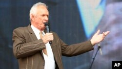 FILE - Mel Tillis performs at the Gaylord Family-Oklahoma Memorial Stadium in Norman, Oklahoma, July 6, 2013.