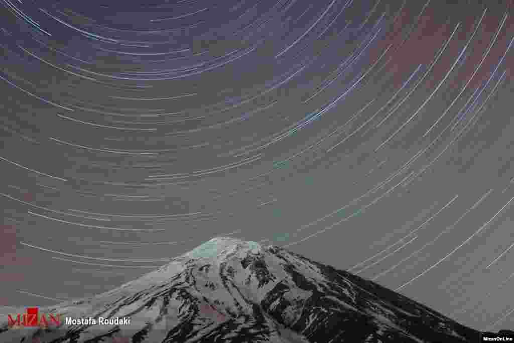 درخشش نور ستاره ها بر کوه دماوند از فراز منطقه کوهستانی پلور عکس: مصطفی رودکی