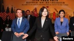 Le président taïwanais Tsai Ing-wen, le représentant américain Ed Royce et la députée américaine Judy Chu assistent au banquet chinois à Los Angeles, Californie, le 12 août 2018.