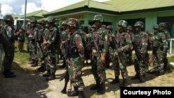 Pasukan gabungan yang dikirimkan untuk mengevakuasi korban serangan KKSM di Yigi, Papua, dan sekaligus mengejar para pelaku, Rabu (5/12). (Courtesy: Kapendam Papua)