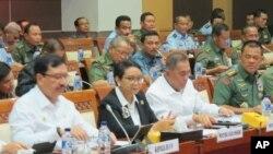 Rapat kerja komisi I DPR dengan Menlu Retno Marsudi (dua dari kiri, depan), Menhan Ryamizard Ryacudu (tiga dari kiri, sepan), Kepala BIN Budi Gunawan (kiri, depan) dan Panglima TNI, Gatot Nurmantyo (paling kanan, depan). (VOA/Fathiyah Wardah)