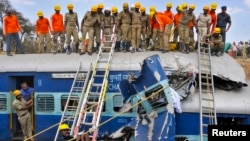 13일 인도 남부 방갈로어 시 외곽 지역에서 열차 사고가 발생한 가운데, 사고 현장에서 구조대가 잔해를 처리하고 있다.