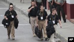Các nhân viên thuộc Cơ Quan Bảo Vệ Yếu Nhân Hoa Kỳ đi vòng quanh Trung tâm Hội nghị ở Cartagena, Colombia trươc lễ khai mạc hội nghị thượng đỉnh châu Mỹ, với sự tham dự của Tổng thống Obama