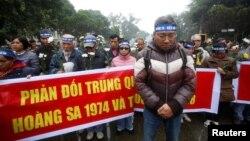 Tư liệu - Người dân tham gia một cuộc biểu tình chống Trung Quốc nhân dịp kỉ niệm 43 năm Trung Quốc chiếm Quần đảo Hoàng Sa ở Biển Đông, Hà Nội, ngày 19 tháng 1, 2017.