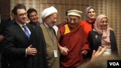 El Dalai Lama participa en un diálogo con líderes musulmanes.